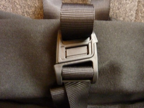 Clever magnetic buckle holds the pack closed and is easy to open.