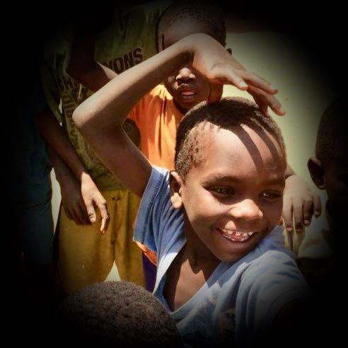 Gambiaanse vrolijke jongen