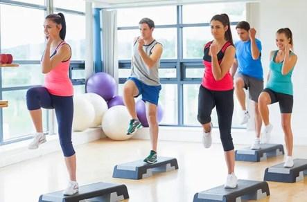 Instrutor com aula de fitness, realizando exercícios de aeróbica