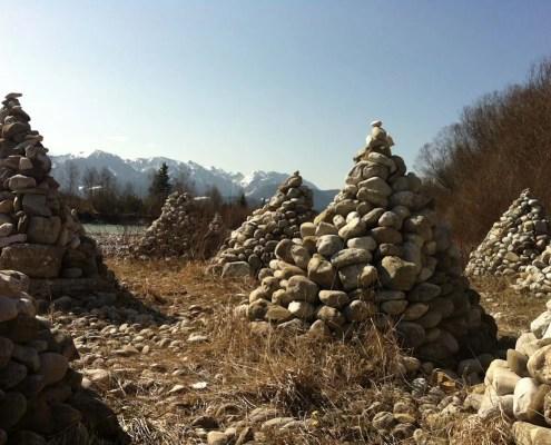 Isarpyramiden, sicher eine etwas andere Form der Steinmännchen. Sie standen bei Bad Tölz 50 km südlich von München im bayrischen Oberland. Standen, bis das Frühjahrshochwasser sie weg gespült hat
