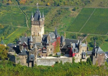 Reichsburg Castle along the Moselle 800x600
