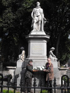 Graham Levins (left) and Mike Kensey (right) at Sir Hugh Myddelton's statue, Islington Green. (Photo: Mike Kensey)