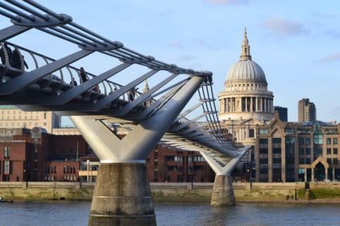 Stolz ist London auf sein Millennium Brücke. Vor allem schwingt sie nicht mehr!