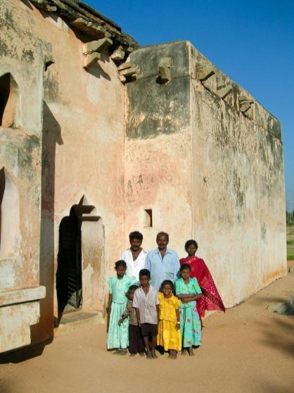 Indische Familie stellt sich zum Gruppenbild