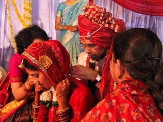 Man beachte die Hände (der Braut)