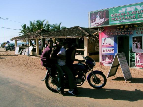 Ja, auch 4 Erwachsene können auf einem Motorrad fahren!