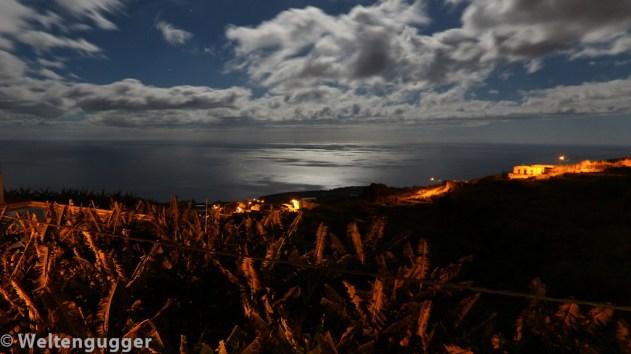 Nächtlicher Blick auf Bananen und Meer