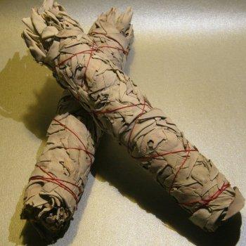 indianische Smudge Sticks, Kräuterbündel aus weißem Salbei