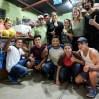 Als wir irgendwo in Guatemala in einem winzigen Restaurant einen Regenschauer abwarten, quatschen uns zwei symphatische Gemüsehändler auf unsere Motorräder an: Elder und Nelson heißen sie. Als wir sie nach einem Platz für die Nacht fragen, laden sie uns kurzerhand zu sich ins Dorf ein. Nicht nur, dass wir ein ganzes Haus für uns zum Schlafen bekommen, wir werden auch reihum von den Dorfbewohnern zum Essen eingeladen. Die ländliche Idylle fernab von Internet lässt uns noch ein paar Tage verweilen, bevor wir Richtung Antigua weiterreisen. Herzlichen Dank für den wunderbaren Empfang, liebe Dorfgemeinschaft!!!