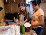 Berta Julia unterweist mich in die Kunst, Tortiallas aus Weizenmehl herzustellen und mit Pasta de Pollo zu füllen.