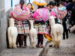 Die Damen in ihrer traditionellen Kleidung mit den plüschigen Alpakas sind aus dem Stadtbild nicht wegzudenken.
