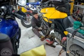 Rundum Sorglospaket: die Mechaniker ziehen uns Schläuche in unsere ramponierten Vorderreifen ein. Damit sollten wir es bis zur Fähre nach Valparaiso schaffen.