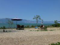 Lake Shkodra Resort mutet südländisch an. Im Hintergrund das Ufer von Monte Negro.