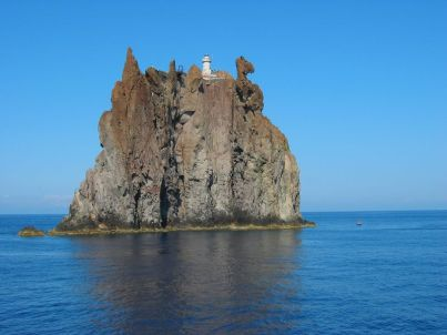 Kurz vor der Hafeneinfahrt von Stromboli passiert man die Insel Strombolicchio. Der kleine Stromboli ist im Gegensatz zu seinem großen Bruder nicht mehr aktiv und beherbergt einen Leuchtturm.