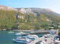 Im Hafen von Volcano ist viel Betrieb.