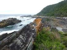 Farbige Felsen und duftende Macchia säumen den Weg