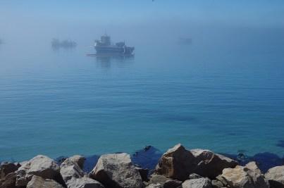 Mystisch liegen sie im Nebel, die Boote der Diamantensucher.