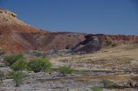 Der Verbrannte Berg hebt sich deutlich von der Umgebung ab.