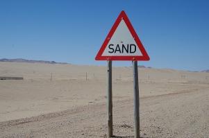 Was sonst in der Wüste? In Namibia ist es ein offizielles Verkehrszeichen.