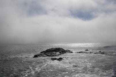 Noch ist der Nebel des Grauens auf dem Meer. Am Abend kriecht er über die Küste. Durch den immensen Temperaturunterschied von Wüste und kaltem Atlantikwasser ist es an der Küste oft neblig.