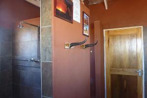 Die Hörner sind nicht echt, das Badezimmer auf dem Bagatelle Camp schon.