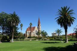 Eines der bekanntesten Bauwerke in Windhoek: Die Christuskirche vom Parlamentsgarten aus gesehen.