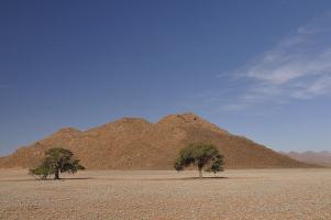 ... im Osten die Tirasberge. So präsentiert sich die Landschaft entlang der D707