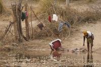 ... auf angolanischer Seite herrscht Betrieb am Fluss.