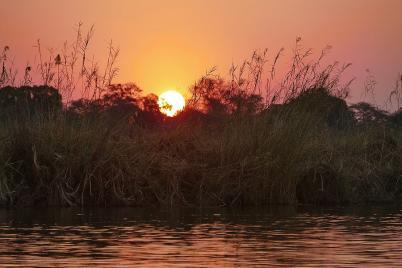 Abendstimmung am Kavango River, hier fällt die Sonne auf die Wiese.