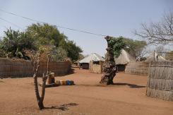 Wasserstelle auf dem Dorfplatz zu Mukuni