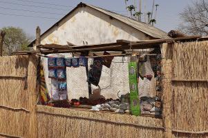 Die Lädchen sind vergittert, durch ein kleines Loch werden Ware und Geld gereicht.