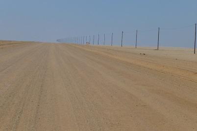 Es führt ein Weg nach Nirgendwo... hier zumindest quer durch die Wüste.