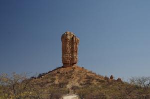 Markant hebt sich der Vingerclip-Felsen aus der Landschaft im Ugabtal ab.