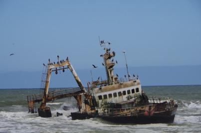 Dieser angolanische Frachter ist vor vielen Jahren an der namibischen Küste auf Grund gelaufen.