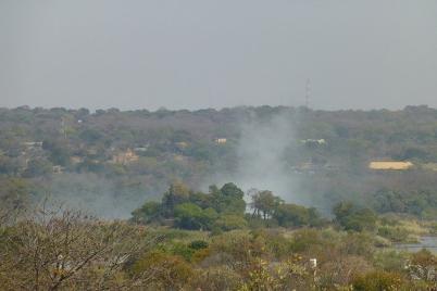 Hier brennt nicht der Busch. Die Gicht der Victoria-Wasserfälle ist schon von weitem zu erkennen.