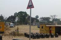 Auf dem Weg nach Lusaka. Vorsichtshalber werden an solchen Stellen schon mal neue Reifen angeboten.