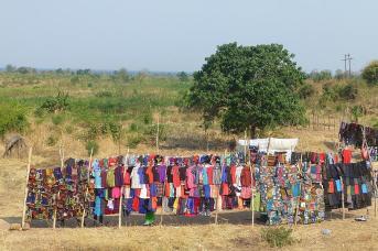 Ein Feuerwerk von Farben – der Kleidermarkt in Chiweta