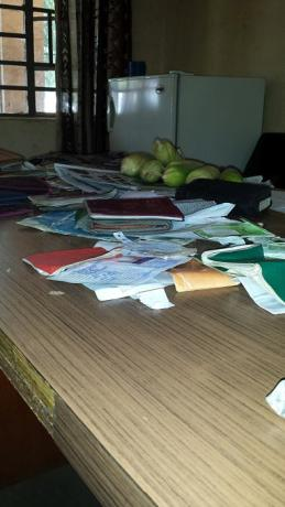 Im Passamt von Karonga. Die Maiskolben, die Zeitung und das Schminkköfferchen auf dem Schreibtisch konnten wir fotografisch leider nicht festhalten