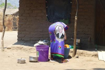 Flora trägt einen Rock mit dem Bild eines malawischen Präsidenten auf dem Hinterteil. Einen Kommentar dazu wollte sie nicht abgeben.