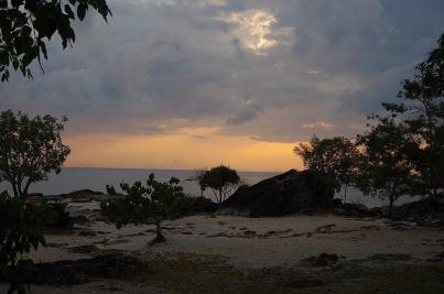 Kurz nach Sonnenaufgang am Malawisee. Die Wolken sind bald verschwunden und dann...