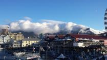 Eine Wolkenwalze über dem Tafelberg bringt Sturm - es ist endgültig Herbst.