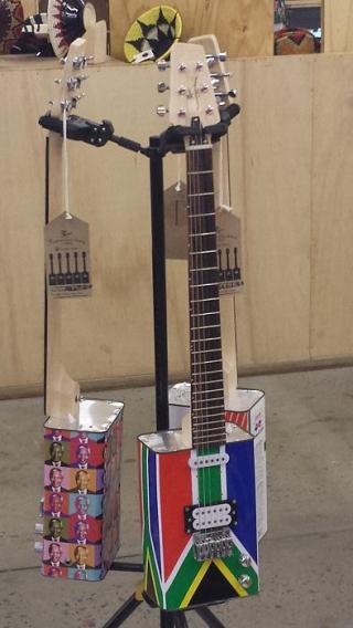 In den Townships werden diese Ölkannengitarren produziert. Der Klang ist gut, der Preis erschwinglich. Rockgrößen wie zum Beispiel Bruce Springsteen, Peter Gabriel und auch Brain May haben auf diesen Instrumenten schon musiziert.