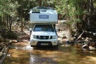 Die Zufahrt zu den schönsten Plätzen im JAMAKA-Camp geht durch mehrere Wasserläufe.