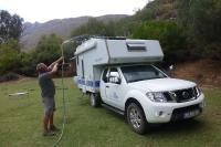 Es werde Strom. Mit einem Wassersprenger wird die Solaranlage gereinigt.