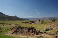 Im Hintergrund ist schon zu ahnen, dass Lesotho mehr zu bieten hat, als eine flache Hochebene...