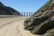 Jahrzehntelang dampften über dieses Viadukt bei Wilderness die Züge. Im Jahr 2006 bereitete ein Erdrutsch diesem Touristenvergnügen ein Ende.
