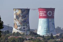 Das Gelände des alten Kraftwerks in Soweto ist heute ein Eventplace: Von der Brücke zwischen den Kühltürmen kann man herunter springen.