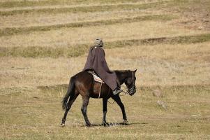 Dieser Herr reitet nicht etwa zum nächsten Banküberfall, sondern die Vermummung schützt im Hochgebirge vor Sonne und Kälte.
