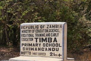 Auch mitten im Urwald: So manche Schule in Sambia. Jede Schule hat ein eigenes Motto.