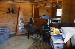 Urig - der Friseursalon auf der Kisolanza-Farm ist in einer traditionellen Rundhütte untergebracht. Die Dame im Hintergrund ist nicht die Friseuse.